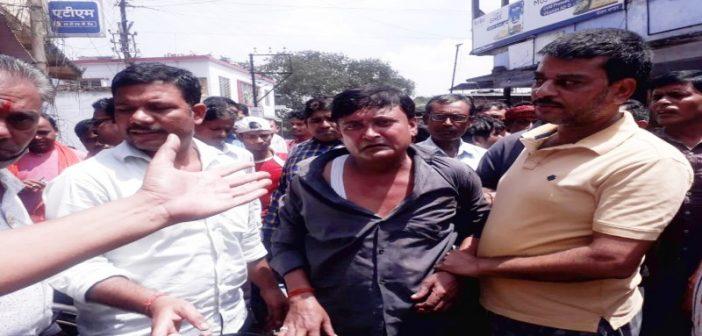 बाघमारा बाजार में खड़ी बाइक के डिक्की से पैसा चोरी करते हुए चोर पकड़ाया