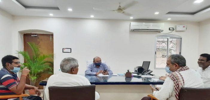 बाघमारा क्षेत्र में फैल रहे प्रदुषण की समस्या को ले नागरिक परिषद बाघमारा के सदस्य जीएम से मिले